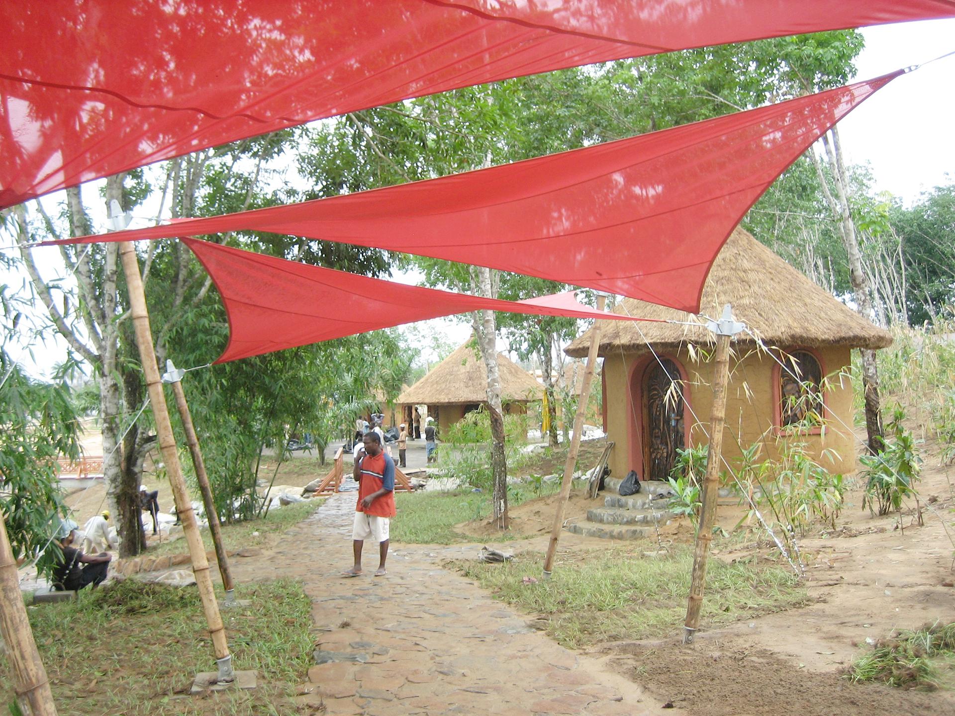 Hypar-Sonnensegel in Nigeria von der Planex Technik in Textil GmbH