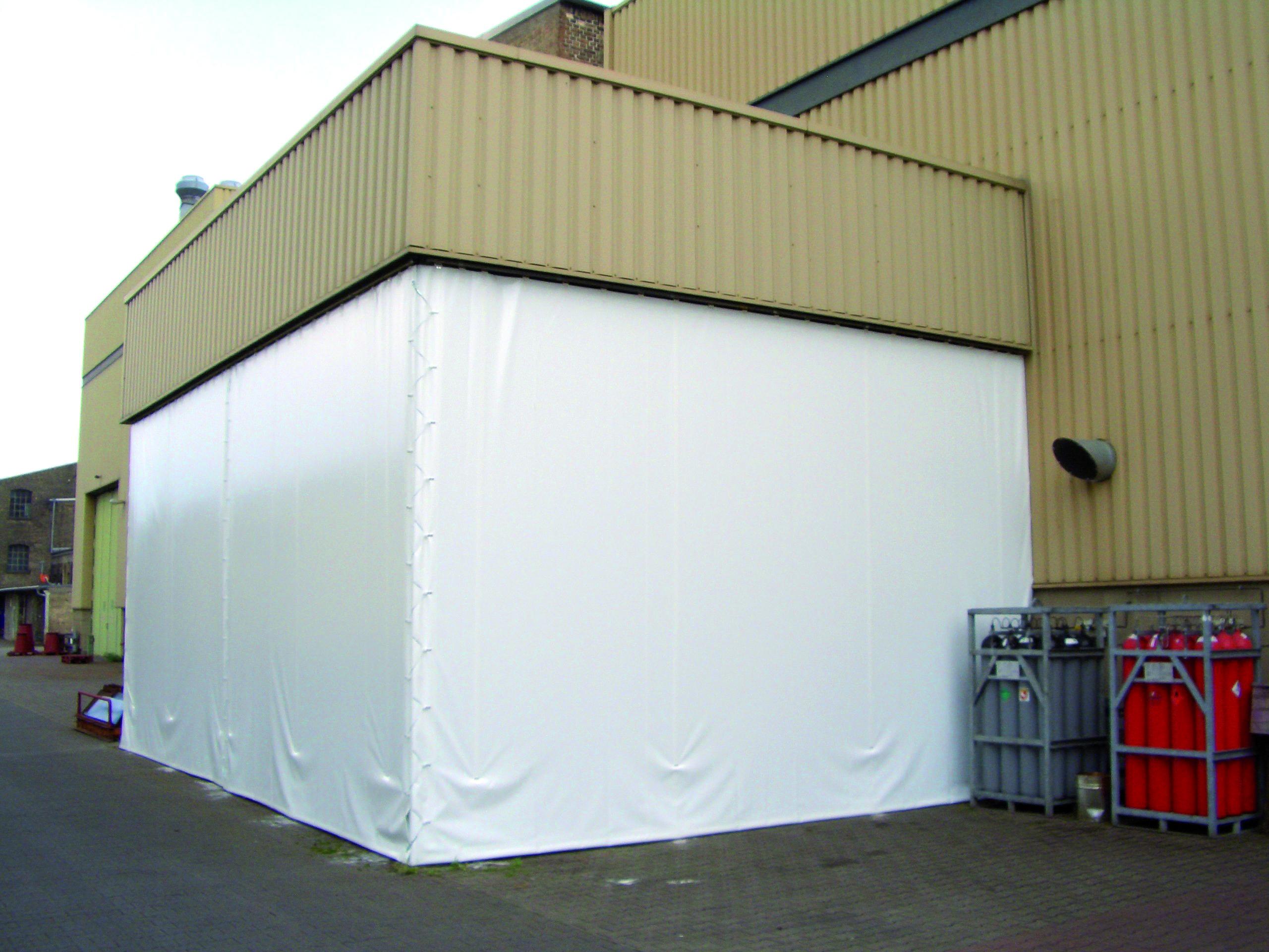 Abtrennung im Außenbereich von Planex Technik in Textil GmbH