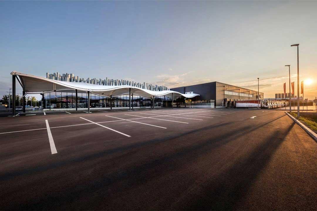Hier sehen Sie ein Beispiel für den Membranbau zum Sonnen- und Witterungsschutz vor großen Lagerhallen und Einkaufszentren.