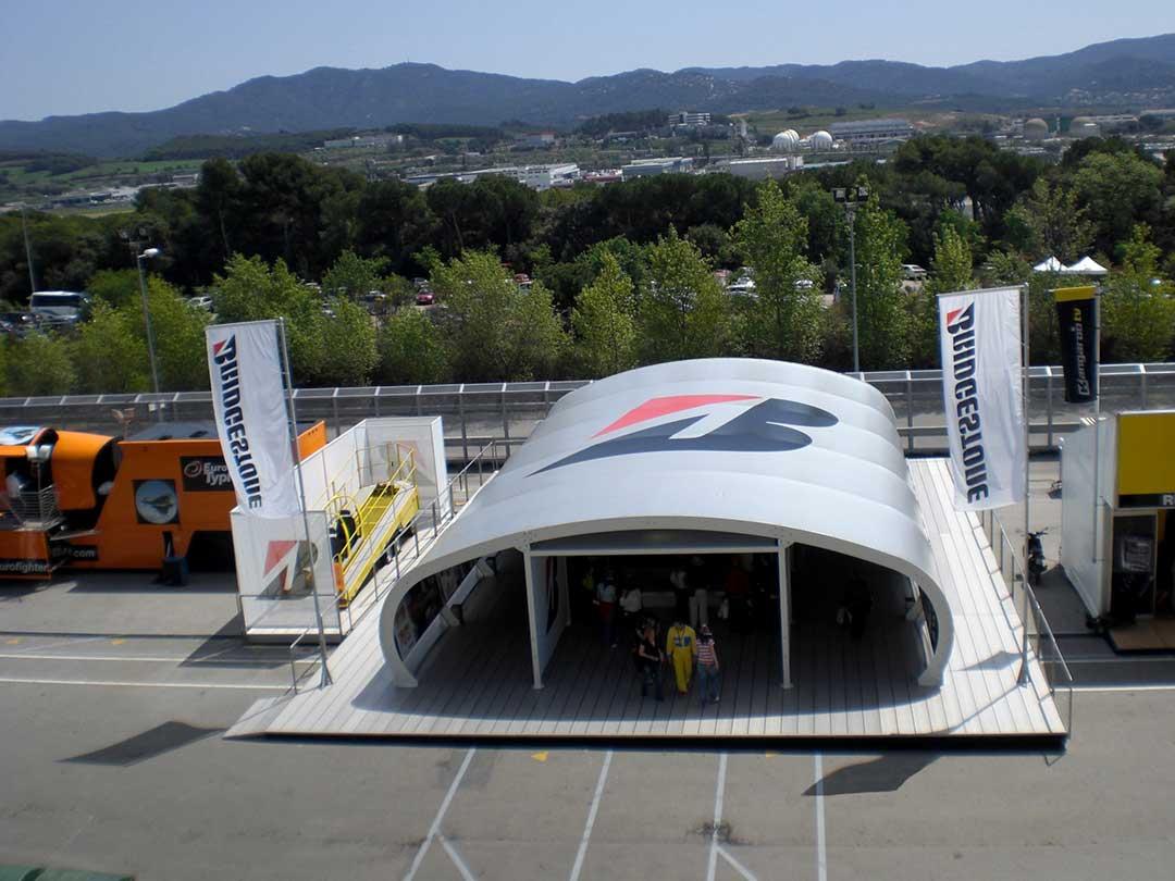 Hier sehen Sie ein Beispiel für den Membranbau im Außenbereich einer Rennsport-Events zum Schutz vor Sonne (UV-Strahlung) und Witterung der Fahrer, des Personals und der Rennwagen.