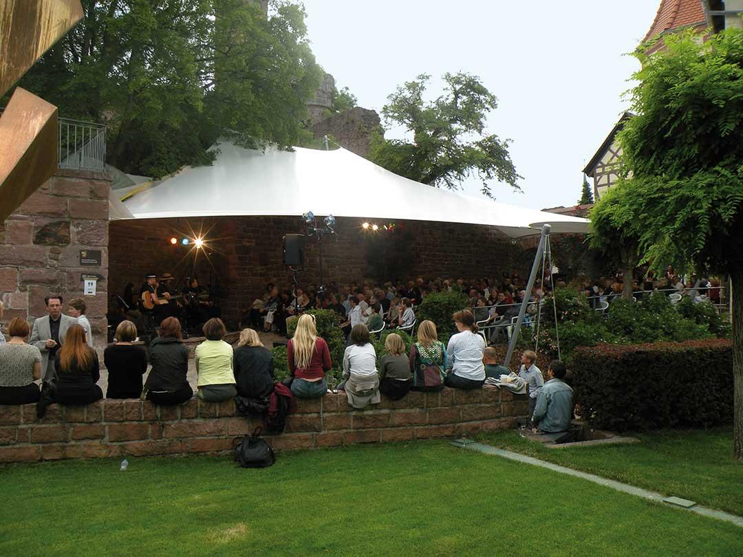 Hier sehen Sie ein Beispiel für den Membranbau im Außenbereich einer Veranstaltung zum Sonnen- und Witterungsschutz.