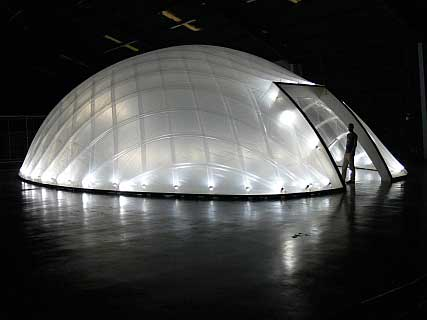 Hier sehen Sie ein Beispiel für den Membranbau für eine futuristische Filmkulisse eines Science-Fiction-Films, der in Hollywood gedreht wurde.