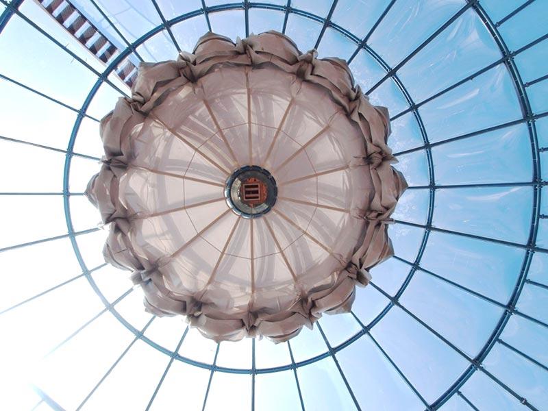 Hier sehen Sie ein Beispiel für den Membranbau von Planex für eine Glaskuppel einer Hotelanlage.