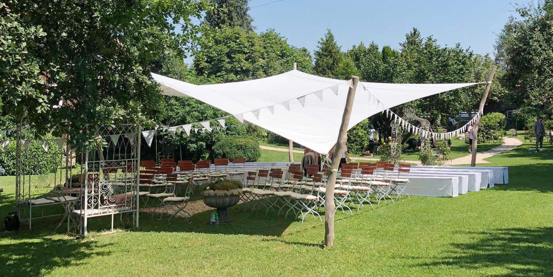 Sonnensegel nach Maß zum Schutz vor Sonne und Regen für Feierlichkeit draußen, Hochzeiten oder Banketts.