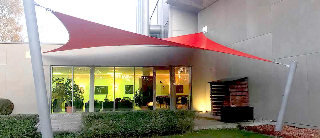 Ein Sonnensegel nach Maß zum Sonnen- und Witterungsschutz im Aussenbereich eines Hotels oder Unternehmens.