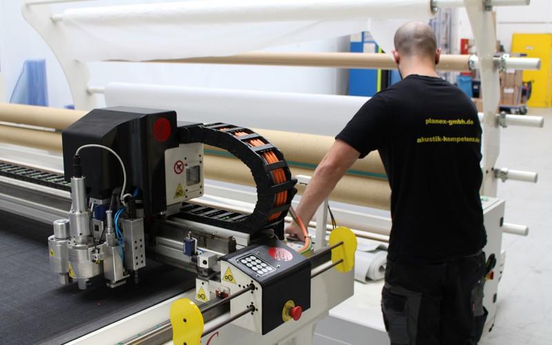 Technischer Konfektionär im Maschinenpark von Planex mit Silikon-Schweissmaschine, CNC-Cutter, Hochfrequenz-Verschweißung, Schaumstoffsäge, Ultraschall-Verschweißung uvm.