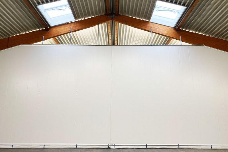 Hallenabtrennungen als Raumteiler für den Schutz von Maschinen oder Produkten in der Produktion und im Lager in der Industrie und im Gewerbe