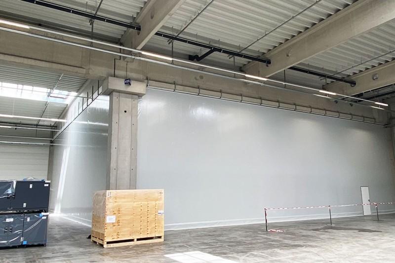 Hallenabtrennungen für den Schutz von Maschinen oder Produkten in der Produktion und im Lager in der Industrie und im Gewerbe