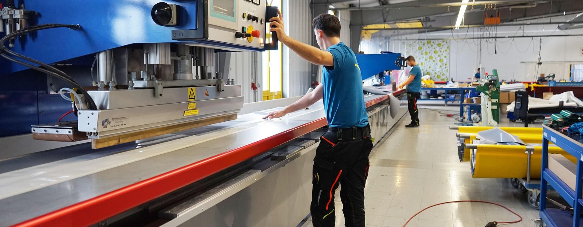 Technische Konfektionäre im Maschinenpark von Planex mit Silikon-Schweissmaschine, CNC-Cutter, Hochfrequenz-Verschweißung, Schaumstoffsäge, Ultraschall-Verschweißung uvm.