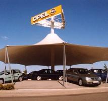 Hier sehen Sie ein Beispiel für den Membranbau zum Sonnen- und Witterungsschutz für Autos im Aussenbereich eines Autohauses.