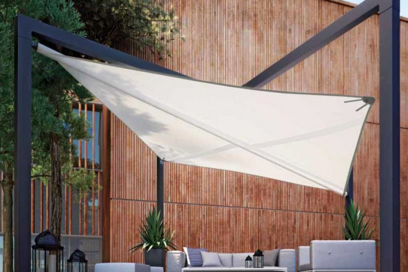 Ein Sonnensegel nach Maß auf der Terrasse zum Schutz vor UV-Licht und Sonnenstrahlen beim Speisen.