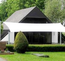 Sonnensegel nach Maß zum Schutz vor Sonne und Regen an Friedhöfen oder Kirchengärten.