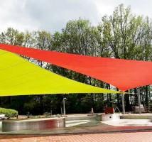 Sonnensegel nach Maß zum Sonnenschutz in einer Parkanlage, einer Gartenanlage oder an Wasserspielen.