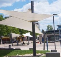 Sonnensegel nach Maß zum Schutz vor Sonne und Regen für Besucher, Kunden oder Menschen an öffentlichen Plätzen.