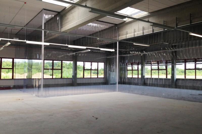 Streifenvorhang in einer Produktions- oder Lagerhalle