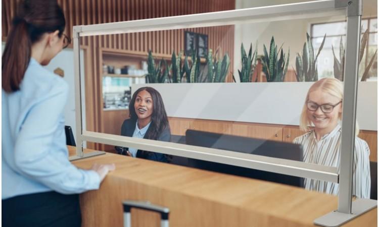 Eine transparente Schutzwand zur Erweiterung der Schutzmaßnahmen vor Viren für Kunden und Mitarbeiter an Kassen, Ämtern, Schaltern oder Hotel-Rezeptionen.