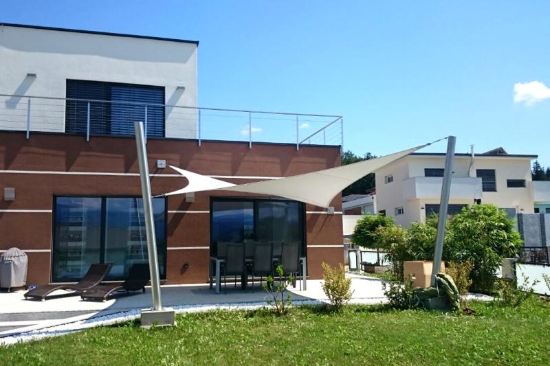 Ein Sonnensegel nach Maß auf einer Terrasse zum Schutz der Familie, Gäste oder Kunden vor UV-Strahlen und Sonne.